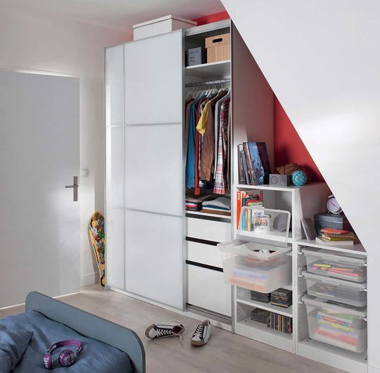 Dresser un dressing agence briques en stock for Photo dressing sous pente